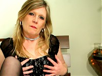 Blonde housewife Ciska loves to get wet