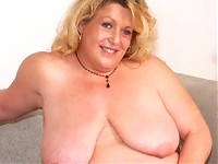 This big mature slut loves to knibble on cock